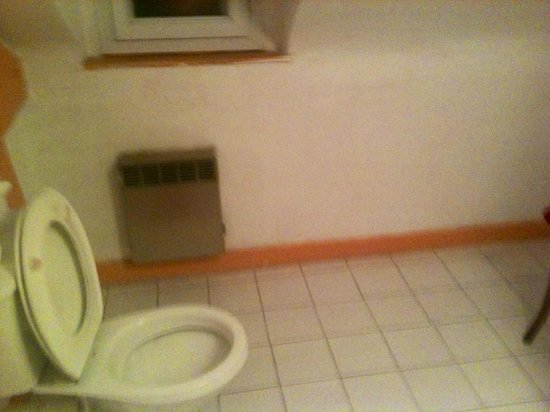 Hotel de l'Europe: not nice bathroom with shower that leaked through ceiling