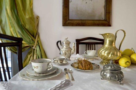 Palazzo Lungarini Bed and Breakfast: B&B prima colazione/breakfast