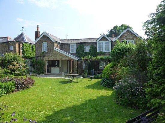 Manor Cottage Bed & Breakfast: Garden