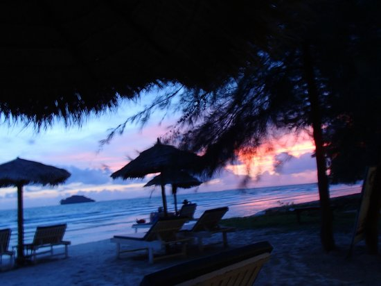The Secret Garden at Otres Beach: Looking from the bar/restaurant to beach front