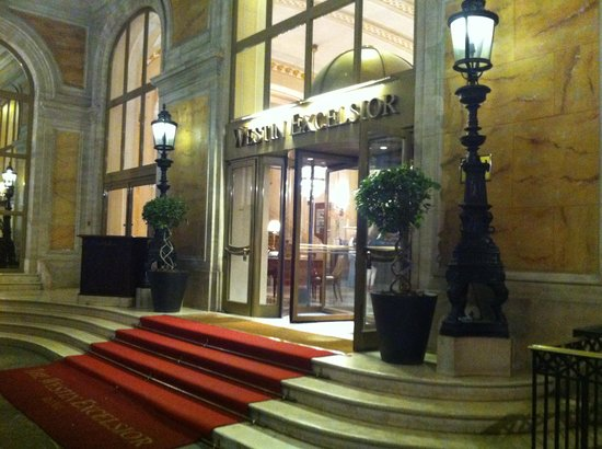 The Westin Excelsior, Rome: entrance to hotel