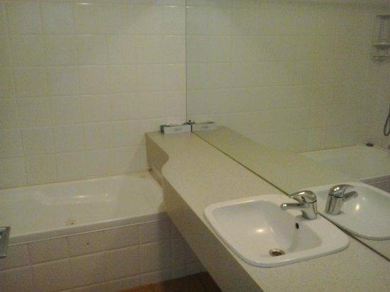 City Suites: バスルーム。少し古さを感じます。