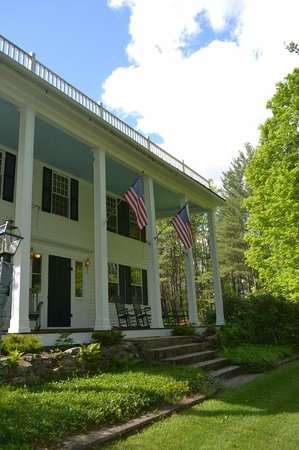 The Inn at Weathersfield: Spring photo - historic front porch