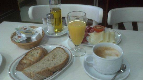 Hotel Real: Completo desayuno (aún falta el queique que pusieron después)