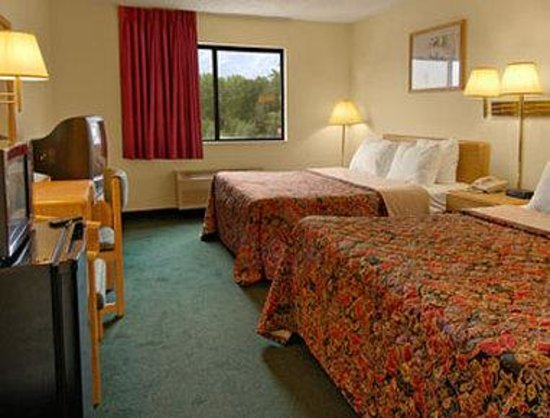Days Inn Des Moines Merle Hay: Standard Two Double Bed Room