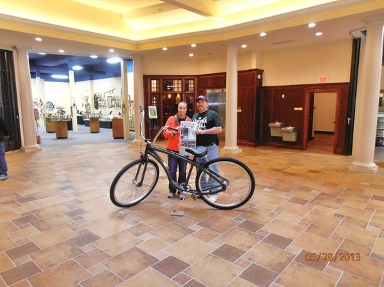 Bicycle Street Inn & Suites and Waterfront Collection: Lobby of the hotel.  Check in behind & art store to the left.