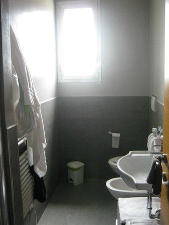 Residence Sottovento: bagno con finestra