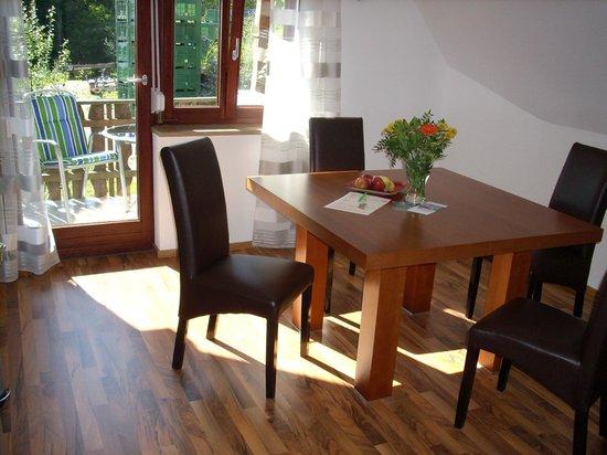 Gästehaus über dem See: Sitzbereich in der Küche der Ferienwohnung Midi