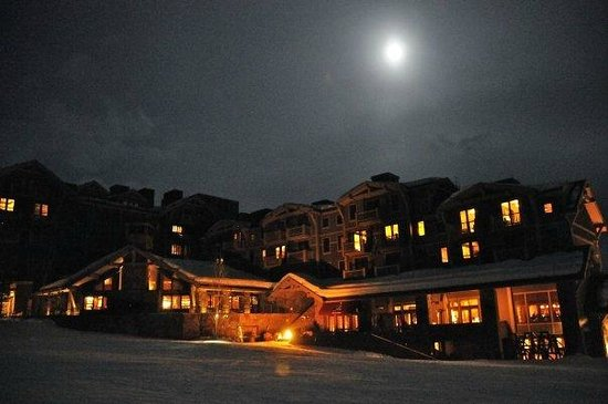 Four Seasons Resort and Residences Jackson Hole: Hotel at night time.