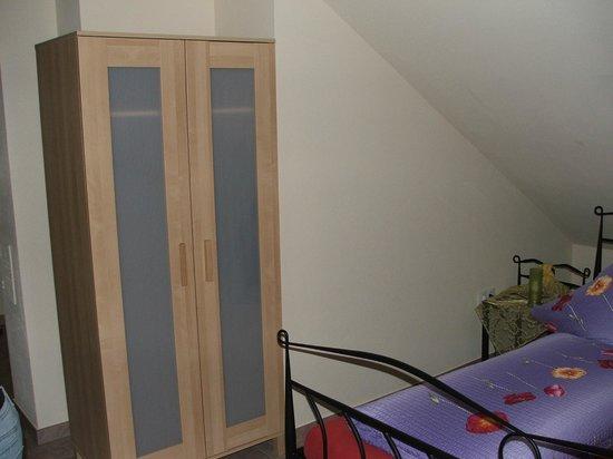 Gästehaus Maier: в номере есть шкаф