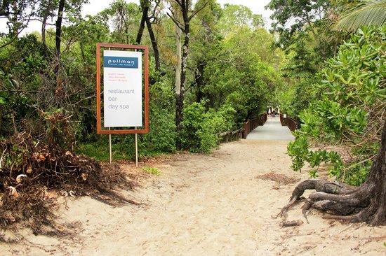 รีสอร์ทซีเทมเพิล & สปาปาล์มโคฟ: The walk down to beach