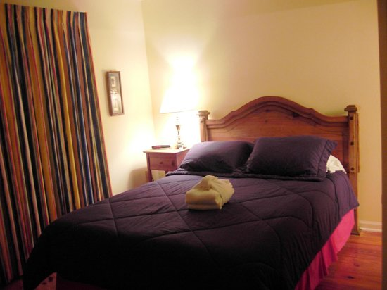 South Beach Inn: Bed when first arrived with fresh bath towels folded on top