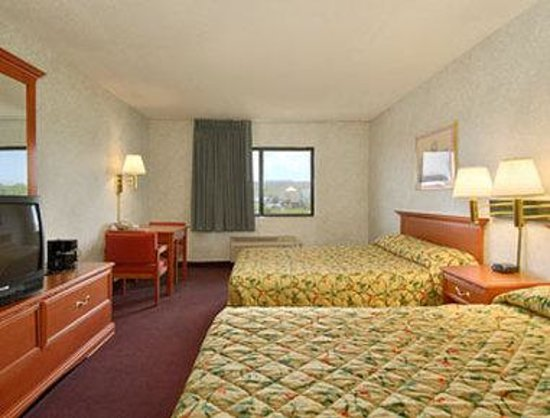 Days Inn Topeka: Standard Two Double Bed Room