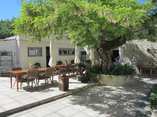 Domaine Le Bois Des Dames : Terrasse pour petit déjeuner