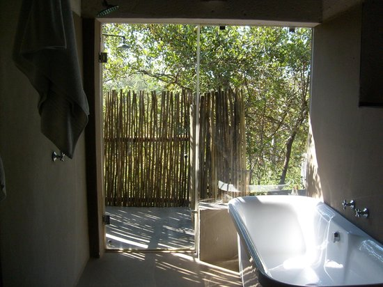 Ezulwini Game Lodges : Inside/outside shower