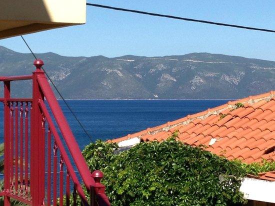 Greka Ionian Suites: Uitzicht  van balkon: achtergrond = Ithaki
