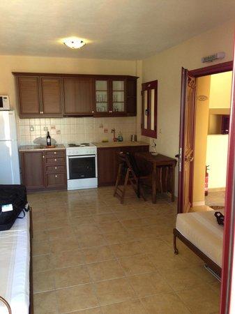 Greka Ionian Suites: woonkamer / keuken met extra slaapruimte.