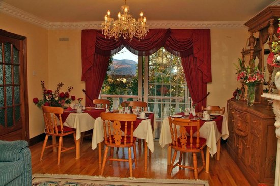 Maggie O's Bed & Breakfast: Dining area overlooking Killarney's mountains