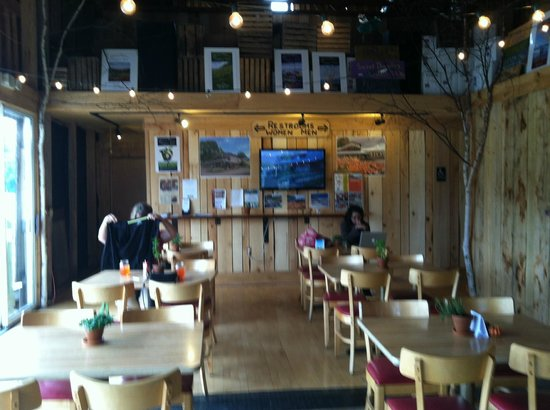 The Garden Cafe at Pond Hill Farm: Plenty of seating to enjoy lunch