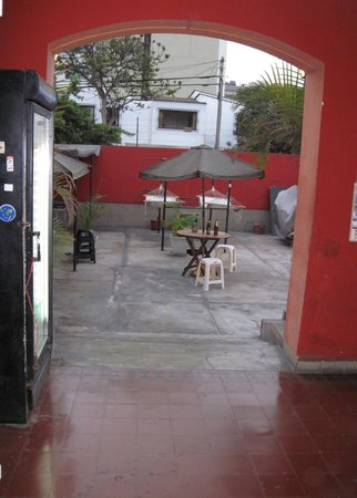 Hitchhikers Backpackers Lima Hostel: Portion of common area and patio