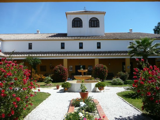 Almogía, España: Courtyard in Bloom