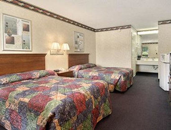 Days Inn Clinton: Standard Two Double Bed Room