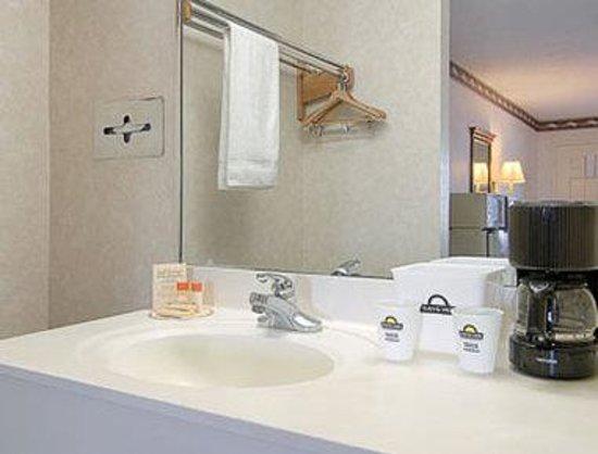 Days Inn Clinton : Bathroom