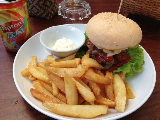 Aham Corner Guesthouse (Aussie Sports Bar & Guesthouse): Very good Burger