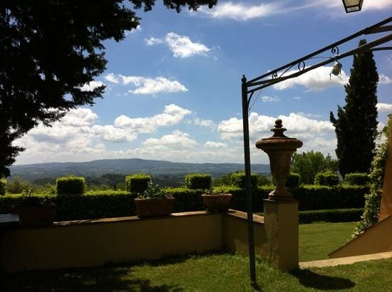 Castello di Pastine : backyard view