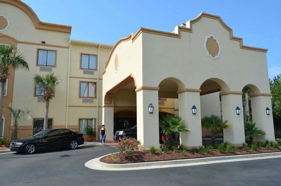 Comfort Suites Panama City Beach: Front view of that hotel