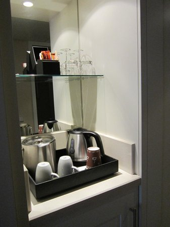 Renaissance Amsterdam Hotel: Hot water & coffee/tea setup