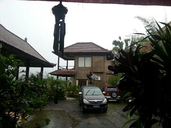 Great Mountain Views Villa Resort: on a rainy day. gunung Agung would've been right there between the 2 roofs. The room with the wi