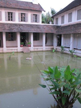 Satri House: Hotel entrance