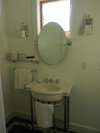 Parsons Post House Inn: Renovated bathroom - with all new fixtures