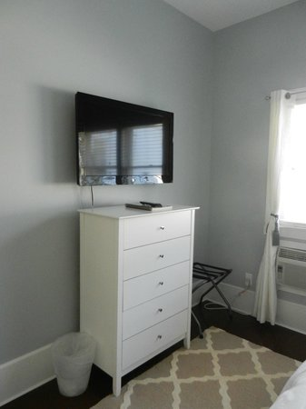 Parsons Post House Inn: New six drawer dressers and 40 inch LCD tv