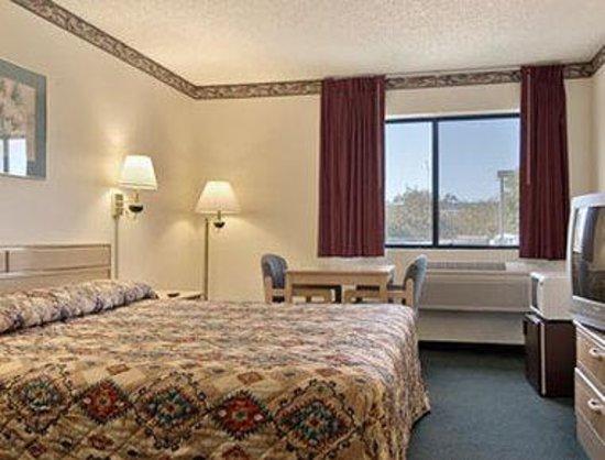Days Inn Woodland: Standard King Bed Room