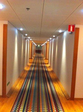 Scandic Infra City: fyra såna här korridorer gick vi innan vi kom till rummet. Fina är de dock.