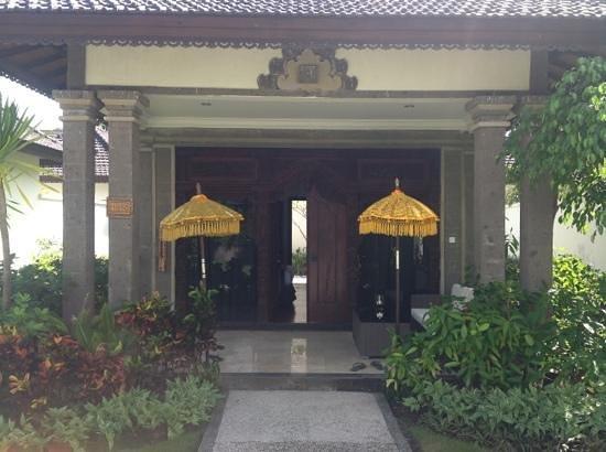 هوتل أومباك صن ست: front of villa.
