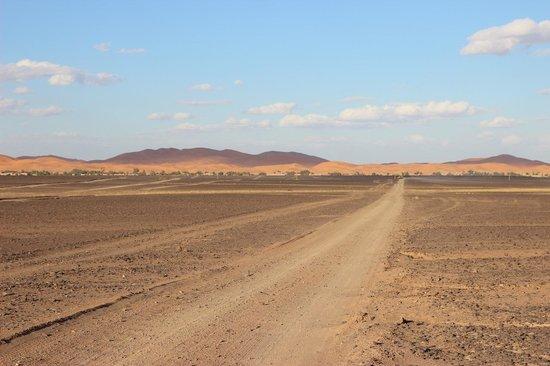 Dans les Dunes : Vue du village de Merzouga