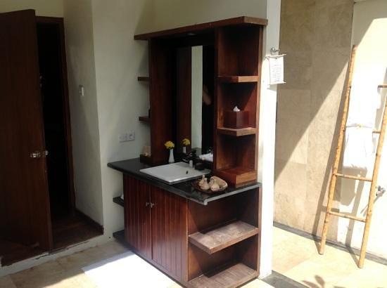 Hotel Ombak Sunset: outdoor bathroom