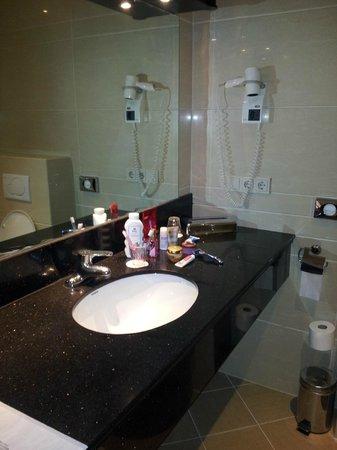 بست ويسترن بلو تاور هوتل: spacious bathroom