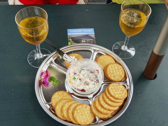 Volcano Winery: Nice Cheese and crackers and lovely wine.