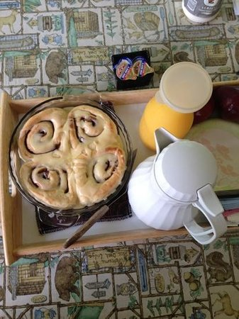 Rainbow Drive Resort: Fresh baked cinnomon rolls delivered to our cottage.