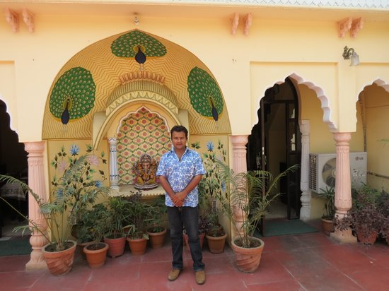 Hotel Utsav Niwas : Hotel facade with its owner