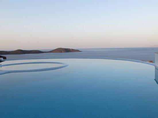 Elounda Gulf Villas & Suites: Pool at dusk