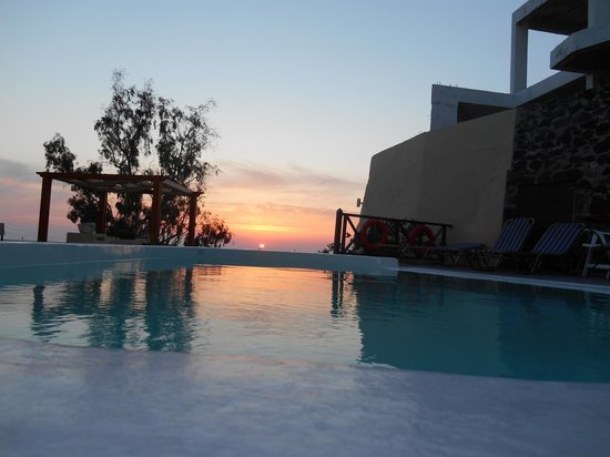 Ersi Villas: Sunrise on Santorini, at the hotel pool!