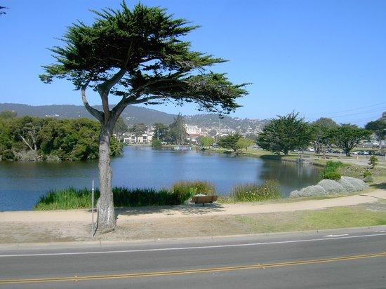 Monterey Bay Lodge: View across the street to Lake El Estero