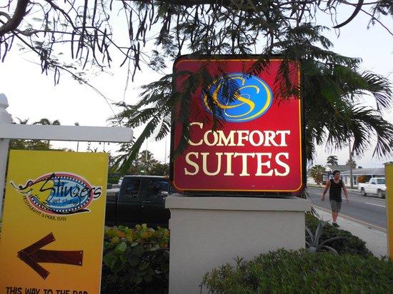 Comfort Suites Seven Mile Beach: Road side marker/sign
