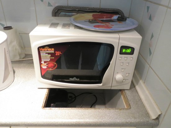 Corso Apartment: microwave covering hole where cooker must have been