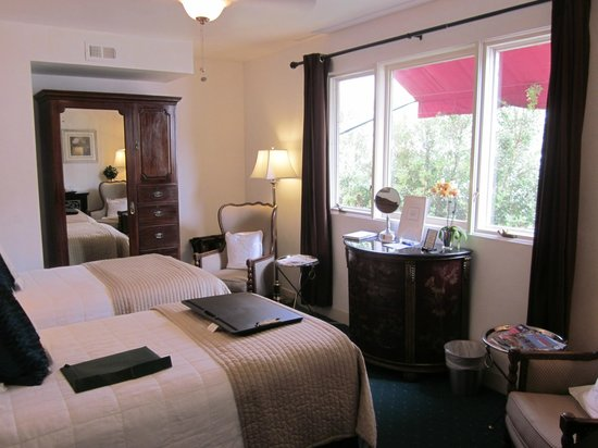 The Bed & Breakfast Inn at La Jolla : Tiny room.  Hard to walk around.  No place for luggage.